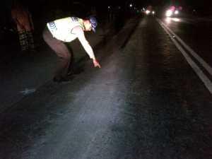 Petugas menunjukan bekas korban terlindas truk tengki gandeng (jek)